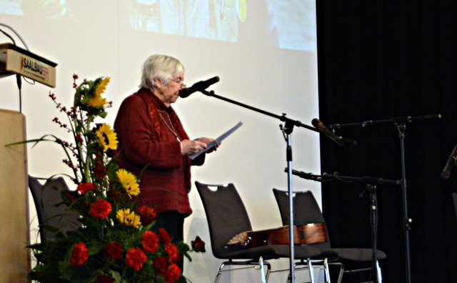 Esther Bejarano liest ihren Brief an ihren Freund Peter Gingold zum 100. Geburtstag am 13. März 2016 in Frankfurt am Main